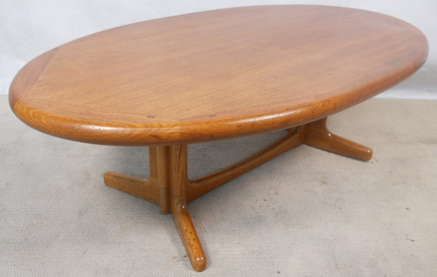 Large oval teak 1960 s coffee table for Oval teak coffee table
