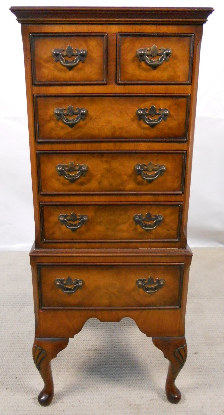 Small walnut chest of drawers in the antique queen anne for Antique furniture styles explained