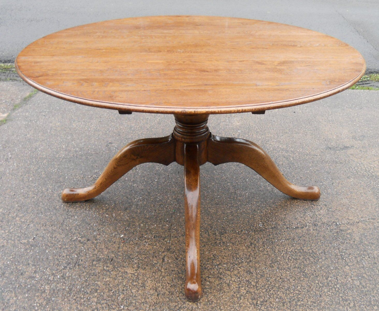 Sold large round oak pedestal dining table to seat eight for Large round dining table
