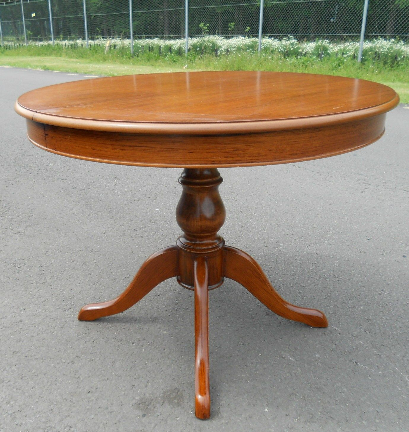 Sold victorian style round mahogany pedestal dining for Round dining table for 6